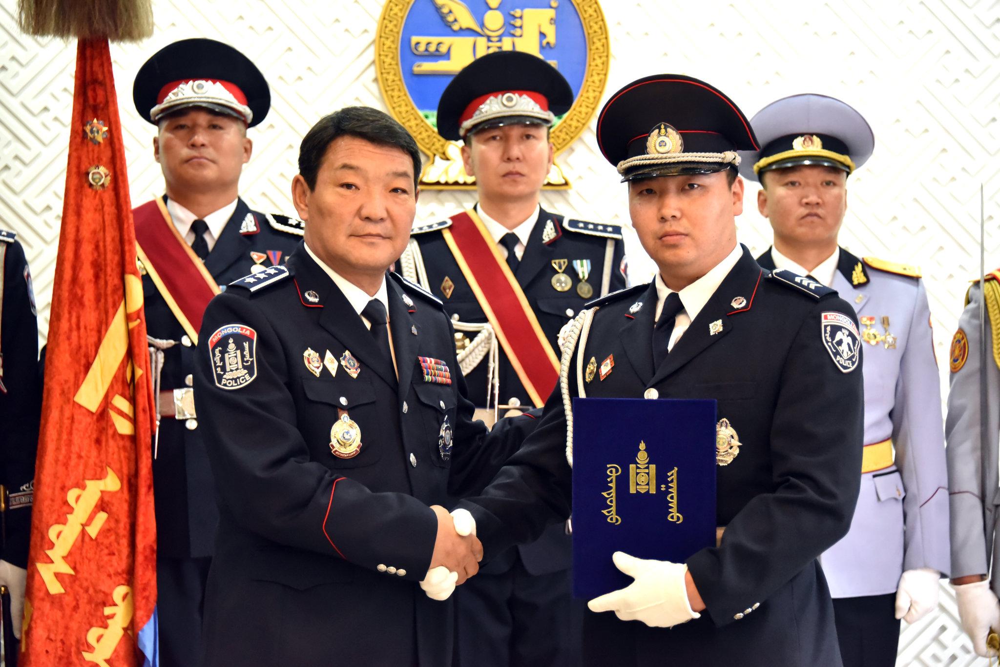 Цагдаа, дотоодын цэргийн алба хаагчдад цол, шагнал гардуулах ёслолын ажиллагаа зохион байгуулагдлаа