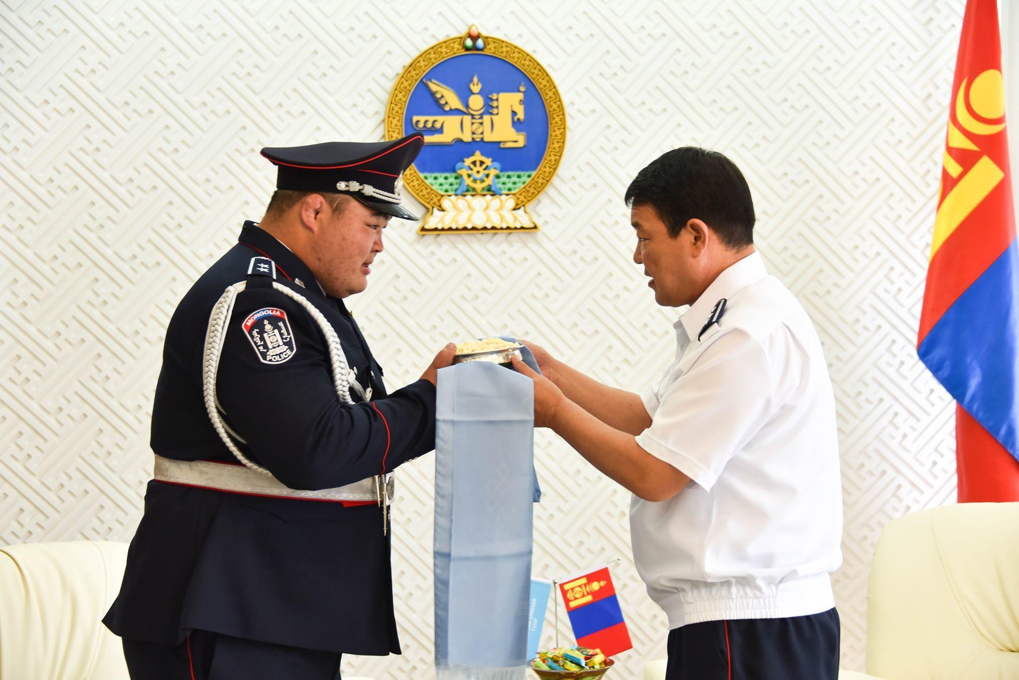 67282382_377099076282569_8486158415373008896_n Монгол улсын аварга, цагдаагийн дэд хурандаа Э.Оюунболдод ЦЕГ-ын удирдлагууд хүндэтгэл үзүүллээ